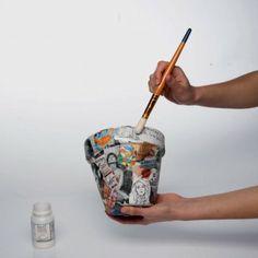 Pot decorated with paper mache technique? Paper Mache Crafts, Potted Plants, Plant Pots, Terracotta Pots, Wood Design, Fun Projects, Flower Pots, Decoupage, Diy