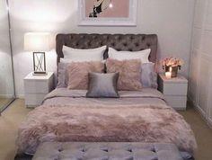 deco chambre gris et rose, couvertures moelleuses, banquete de lit capitonnée