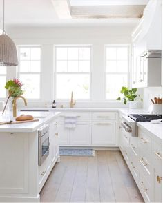 White kitchen is never a wrong idea. The elegance of white kitchens can always provide . Elegant White Kitchen Design Ideas for Modern Home Classic Kitchen, New Kitchen, Kitchen Decor, Kitchen Ideas, Kitchen Hacks, Kitchen Sink, Floors Kitchen, Brass Kitchen, Kitchen Hardware