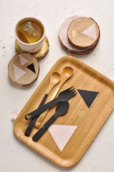 DIY tray via Carnets Parisiens Cupcakes, Geometric Painting, Idee Diy, Recycled Jewelry, Wood Design, Diy Tutorial, Coasters, Wooden Trays, Crafts