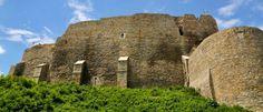 Cetatea Neamtului  Castelul Cetatea Neamtului, cu zidurile aproape perfect verticale realizate dupa o proiectare inginereasca absolut remarcabila, s-a dovedit a fi indestructibil; chiar Mohamed  al II-lea, cuceritorul Constantinopolului a fost tinut inafara cetatii de remarcabilele ziduri. Istoric Mareata cetate a fost ridicata in timpul Domnului Petru I al Moldovei, dar cea mai prielnica perioada unei dezvoltari este aceea din timpul domniei lui Stefan cel Mare si Sfant. Old Buildings, Cool Places To Visit, Romania, Monument Valley, The Good Place, Palaces, Travel, Viajes, Palace