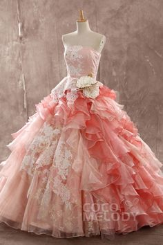 【JWLT14015(レースアップリケフラワーフリルサーモンピンクカラードレス)の詳細】カラードレスやウエディングドレスのオーダーなら専門店のCocoMelody(ココメロディ)にお任せください。高品質・低価格の豊富なラインナップでドレス探しのお手伝い。サロンでは試着も可能です。ぜひピッタリな一着を見つけてください。
