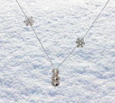 Der Schneemann war eine spontane Idee. Er lässt sich bewegen, weil er in Einzelteile aufgebaut ist. Die beiden Schneeflöckchen sind durch das Kettelchen eingefädelt. Schneemann und Schneeflocken sind aus Silber, ebenso das Kettchen. Arrow Necklace, Jewelry, Snow Flakes, Snowman, Necklaces, Silver, Jewlery, Jewerly, Schmuck