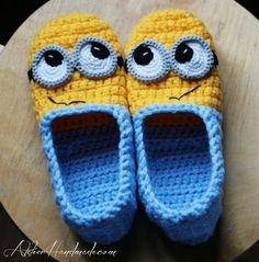 Minion slippers PATTERN available for sizes 35 to 44 EU. That would be 3 and a half to 13 in US sizes. For sale on etsy . but how cook for minion lovers. Crochet Gratis, Crochet Diy, Crochet Slippers, Crochet For Kids, Booties Crochet, Crochet House, Crochet Tree, Crochet Stitch, Crochet Poncho