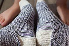 Ravelry: Broken Seed Stitch Socks pattern by Hanna Leväniemi Knitting Videos, Loom Knitting, Knitting Socks, Knitting Patterns Free, Knit Patterns, Stitch Patterns, Knitting Projects, Free Pattern, Crochet Socks