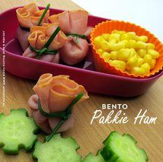 Om een Bento te maken hoef je echt niet speciaal boodschappen te doen. Met dat ene plakje ham in huis is deze Bento zo gemaakt. En op de fruitschaal ligt vast nog wel een appel die al een klein beetje begint te rimpelen. Zonde om weg te gooien! Benodigdheden ronde, niet al te dikke plakjes...
