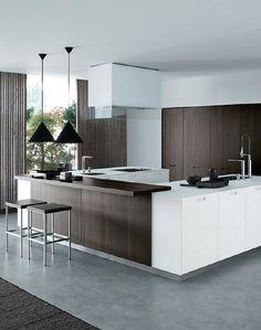 Cocinas en forma de U: Cuando disponemos de más espacio para nuestra cocina podemos optar por una cocina en forma de U con el grifo en el medio. Debemos evitar que las 3 zonas queden muy lejos. En ese caso podemos poner una isla central. Para ser más eficientes en nuestros desplazamientos.