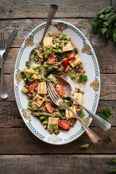 Quinoa salade met linzen, halloumi, munt en limoen