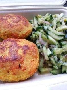 Couscous-Karotten-Frikadellen mit spicy Gurkensalat