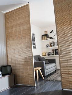 Séparez votre espace en deux avec style avec cette cloison en bois !