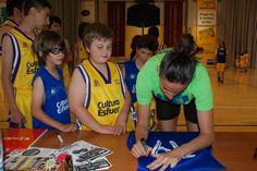Els nostres van demanar firmes i fotos a Maria Pina 71
