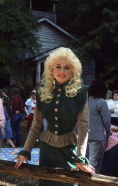 Country Music Awards, Country Music Artists, Dolly Parton Kenny Rogers, Dolly Parton Pictures, American Singers, American History, Pretty Woman, Pop Culture, Sexy Women