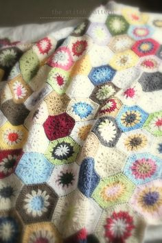 Inspiration @ the stitch pattern: Ta dah.....gorgeous hexagon blanket
