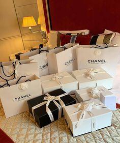 Glamour and Luxury : Foto Luxury Lifestyle Fashion, Rich Lifestyle, Luxury Purses, Luxury Bags, Estilo Hailey Baldwin, Estilo Coco Chanel, Chanel Box, Luxury Girl, Billionaire Lifestyle
