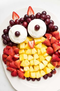 Fruit Plate (Fruit Platter Ideas) How to create a beautiful fruit plate that everyone will love! The ultimate appetizer, dessert and side dish. Get unique fruit platter ideas for every occasion. Veggie Plate, Veggie Tray, Snack Platter, Platter Ideas, Healthy Halloween Snacks, Healthy Snacks, Fruit Skewers, Rainbow Fruit, Brunch