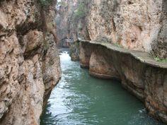 Entre Calasparra y Cieza encontramos el precioso entorno del cañón de Almadenes. El río Segura en su tramo más virginal, se encañona en una garganta de 4 kilómetros de longitud y 150 metros de profundidad.