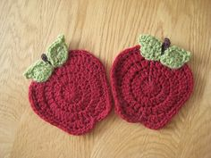 FREE Crochet Apple Coasters Pattern and Tutorial by Louise Howe. For Aunt Diane - so cute! Crochet Coaster Pattern, Crochet Motif, Knit Crochet, Crochet Patterns, Quilt Patterns, Crochet Home, Love Crochet, Crochet Flowers, Crochet Kitchen