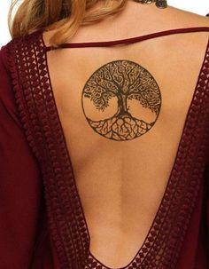 Tatouage dos arbre - Ces tatouages de dos qu'on a envie de dévoiler - Elle