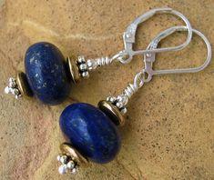Célébré comme étant la pierre de la sagesse, le lapis-lazuli était aimé par les anciens Égyptiens et, dans les peintures et les parchemins, on le voit souvent orner les pharaons, les reines et les déesses. À l'époque, il n'était pas seulement utilisé comme un bijou, mais était même broyé pour devenir de l'ombre à paupières et des élixirs. La belle pierre bleue était l'un des joyaux les plus appréciés en Égypte. Lapis Lazuli, Bijoux Diy, Jewelry Making Tutorials, Diy Jewelry, British Country, Sterling Silver, Beads, Stone, Comme