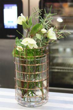 Vase mit Draht aus Glas, Glasvase mit Rosmarin für Dekoration in der Showküche auf der Internorga, Hamburg Messe