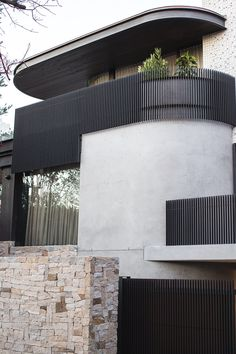 Using the Sydney Harbour Bridge as an aesthetic reference, the exterior skin of this modern house makes use of Micaceous Iron Oxide steel work, that contrasts the lighter elements of the design. Perspective Architecture, Architecture Design, Minimalist Architecture, Modern Architecture House, Modern House Design, Modern Buildings, Bridges Architecture, Duplex Design, Australian Architecture