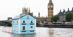 La casa galleggiante di Airbnb. La Floating House è un'idea dell'agenzia creativa di Airbnb, la TBWA. Per celebrare i nuovi regolamenti sull'home sharing in vigore nella capitale britannica che ora permettono a tutti i londinesi di condividere le loro case fino a 90 giorni l'anno. È dotata di tutti i comfort della villetta a schiera: cucina abitabile, due camere da letto, salotto, bagno. Ci sono anche un piccolo giardino, la cuccia per il cane e un albero di mele.