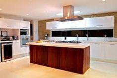 Projeto Residencial - Manguinhos, Búzios: Cozinhas tropicais por Mônica Gervásio Arquitetura & Design