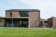 Zentral gelegen in Hückelhoven-Ratheim fällt dieses Gebäudeduo aus Wohnhaus mit anknüpfendem Bürogebäude als monolithischer Baukörper an einem Eck-Grundstück den vorbeifahrenden Passanten direkt auf. Das Gebäude verzichtet auf einen Dachüberstand, wodurch die lebendige Klinkerfassade stark zu Geltung kommen kann. Das Wohn- und Geschäftshaus in Hückelhoven-Ratheim wurde von der Architektur Galerie F.P. Greven entworfen. Jaco GR 201 …