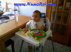 Vídeo: Bebé A Tentar Bater Nas Bochechas   Video: Try Hitting Baby In The Cheeks   Rir até Cair