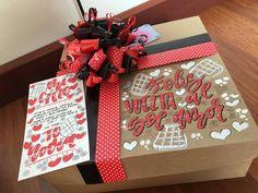 Hermosos y deliciosos desayunos, meriendas y anchetas sorpresa personalizadas! Personalizamos tus tarjetas, carteleras y afiches del… I Really Love You, Birthday Box, Ideas Para Fiestas, Gift Bags, Gift Baskets, Diy And Crafts, Gift Wrapping, Valentines, Party