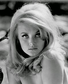 James Bond's Sexy Co-Star Barbara Bouchet! 1950s Hairstyles For Long Hair, Retro Hairstyles, Girl Hairstyles, Latest Hairstyles, Pelo Pin Up, Barbara Carrera, Barbara Bouchet, 1960s Hair, Bouffant Hair