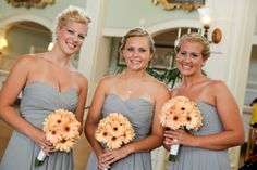 These peach daisies and gray dresses make a beautiful, natural combination for your bridesmaids #daisies #wedding