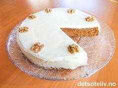 Denne enkle gulrotkaken tror jeg at alle vil like. Kaken er etter min mening perfekt i både smak og konsistens. En venninne og jeg satt en kveld og skar tynne skiver av denne kaken mens vi satt og skravlet. -Plutselig var kaken borte ...
