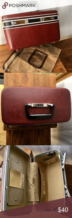 """💼 1970s SAMSONITE SENTRY TRAIN CASE💼 💼 1970s SAMSONITE SENTRY TRAIN CASE💼 EXC CONDITION. NO KEYS BUT ALL IN SOLID WORKING ORDER! A FEW LITTLE MARKS AS SHOWN IN PICS.  BURGUNDY 15""""Wx9""""Lx8""""D. NOTHING BROKEN!!! Vintage Makeup"""