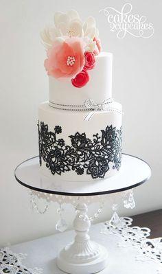 Vintage wedding cake with black lace details and pink flowers #wedding #weddingcake #cake #vintage #lace
