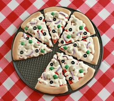 Pizza Cookies Make a plate of cookies that looks just like a pizza. What a fun treat to serve at a party or for Movie Night! The post Pizza Cookies was featured on Fun Family Crafts. Galletas Cookies, Cute Cookies, Sugar Cookies, Sugar Cookie Pizza, Pizza Cookies, Cute Pizza, Big Pizza, Cookie Tutorials, Cookies Et Biscuits