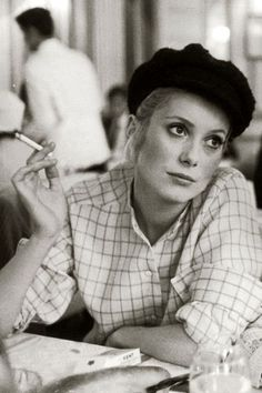 Catherine Deneuve Modern Retro, Catherine Deneuve, Smoking Ban, Women Smoking, Smoking Pics, French Beauty, Timeless Beauty, Classic Beauty, Makeup Vintage