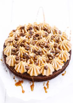Kladdkaka med salt kolafrosting Yummy Treats, Sweet Treats, Yummy Food, No Bake Desserts, Dessert Recipes, Grandma Cookies, Cookie Cake Pie, Minion Banana, Love Food