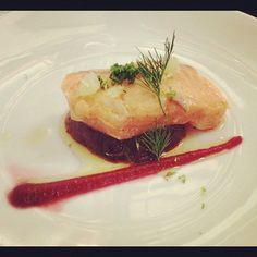 Saumon basse cuisson, confit à l'huile d'olive, assaisonnement aux 3 épices et citron vert, le tout servi sur un lit de betterave. Magnifique, par le chef japonais Katsumi Ishida (En Mets, Fais ce qu'il te plaît, Lyon)