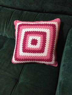 Linda capa para almofada em crochê degradê.    Frente e verso nas mesmas cores em posições diferentes.    Fica ótima na decoração com outras peças