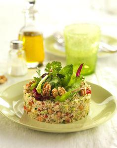 Ensalada de quinoa con Nueces de California. Es importante que las dietas vegetarianas incluyan cereales. Esta es una forma original y sabrosa de cocinarlos.