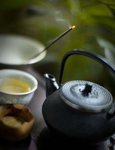 Japanese green tea and incense I have this tea pot and it is wonderful. Coffee Time, Tea Time, Matcha, Momento Cafe, Te Chai, Japanese Tea Ceremony, Tea Art, My Tea, Drinking Tea