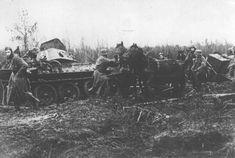 Une colonne de l'armée allemande se débat dans la boue, à côté des restes d'un char soviétique détruit. Nevel, Union soviétique, automne 1943.