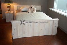 Steigerhout bed, afwerking wit geschuurd.