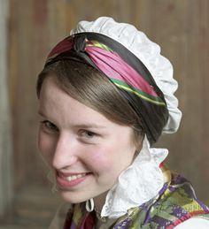 <br><i>Rynkehuva er i svart silkesateng for gifte kvinner og i kvit bomull for jenter</i>. Trondelag