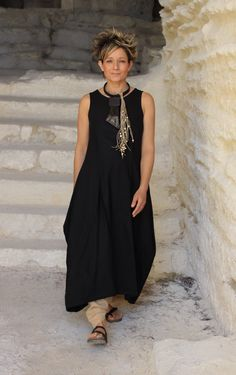 Suggestion: For a different look, our long black linen dress can be shortened to be worn in a superposition of harem pants (this model is sold in long versi Black Tunic Dress, Linen Tunic Dress, Linen Dresses, Hijab Fashion, Boho Fashion, Hijab Style, Moda Boho, Over 50 Womens Fashion, Boho Chic