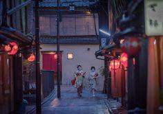〜京都 祇園にて〜  :  ばったりと遭遇した芸妓さんと舞妓さん。この時間帯だと 結構頻繁に遭遇しますね。  :  後ろからついてきた外国人観光客の方々が写り込んだので少し加工してます  :  #京都 #祇園 #舞妓 #芸妓 #花街 #ニコン #一眼レフ #そうだ京都行こう #kyoto #gion #maiko #wu_japan #igersjp #icu_japan #ig_japan #team_jp_ #team_jp_西 #lovers_nippon #loves_nippon  #japanigram #japan_of_insta #instagramjapan #nikon #nikkor #d750