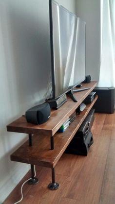 Tubería industrial y madera TV soporte  por PipeAndWoodDesigns