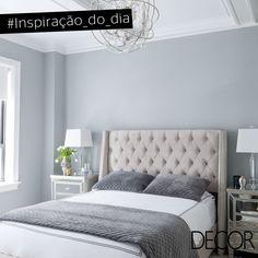 Clean e sofisticado, o décor composto por cores neutras confere uma atmosfera leve ao dormitório. O ambiente recebe peças de mobiliário confortáveis e em estilo contemporâneo, como a cabeceira em capitonê e os criados-mudos. Já o imponente lustre harmoniza perfeitamente com cada abajur.