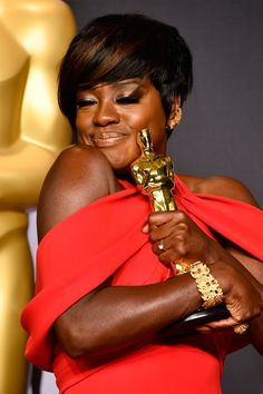 "Viola Davis poses in the press room with the Oscar for Best Actress in a Supporting Role for her performance in ""Fences"" during the Oscars on February 2017 in Hollywood, California Black Is Beautiful, Beautiful People, Beautiful Women, Famous Black People, Divas, Damien Chazelle, Cute Celebrity Couples, Celebrity Women, Celebrity Style"